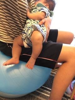 バランスボール 寝かしつけ 赤ちゃん 抱っこ